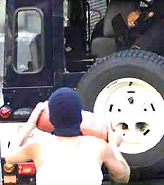 Carlo giuliani est lâchement abattu par un policier